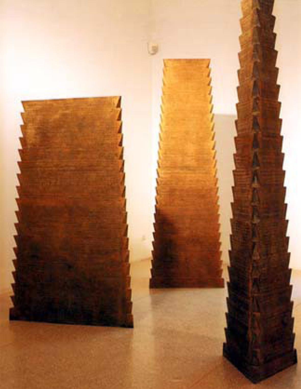 Luigi Mainolfi Piramide (scala), 1990 bronzo dimensione ambiente