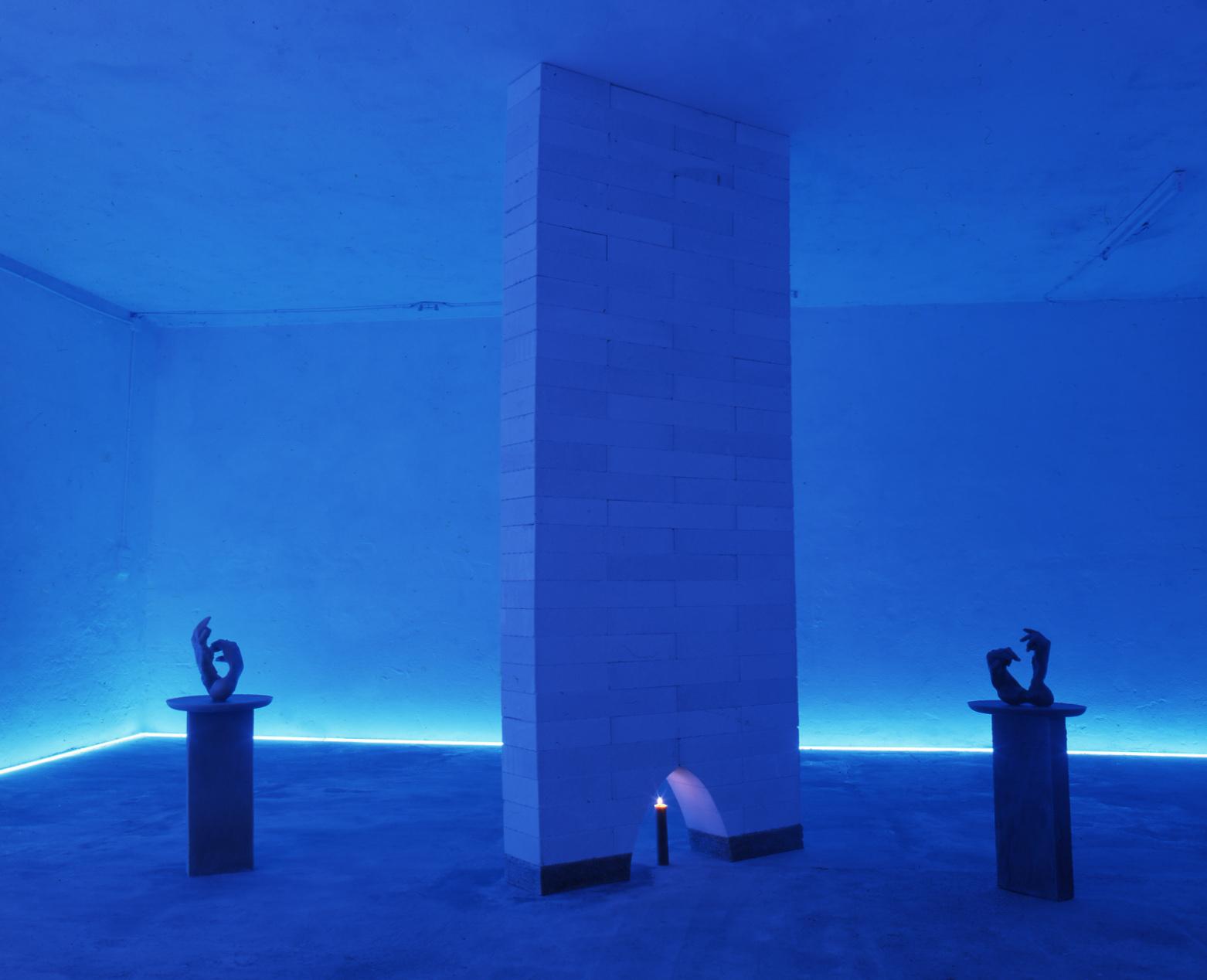 ANDREA NISBET Il Muro infinito 2001 Gas – beton, cera d'api, neon, candela Dimensioni Ambientali