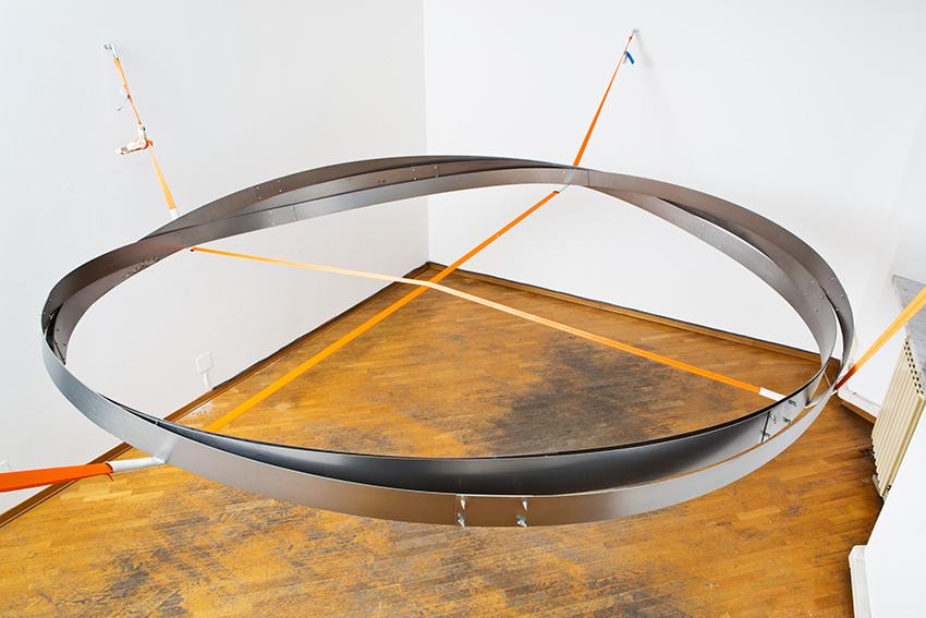 SIMON PFEFFEL The Last Breath Weights Nothing (L'ultimo respiro non ha peso) 2014 Anelli di metallo, corde. Dimensioni Ambientali Courtesy: GalerieBurster, Berlino