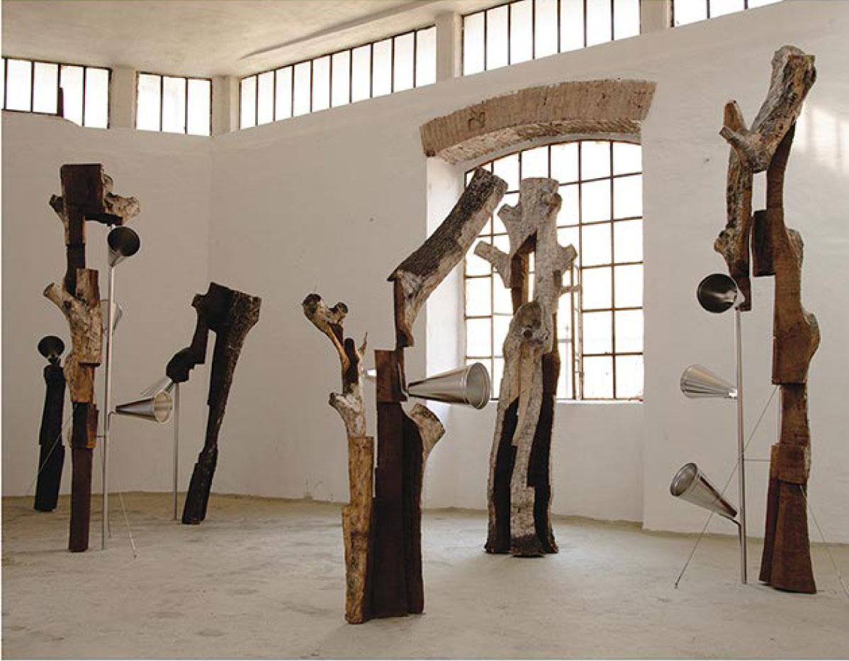 ANTJE RIECK Sterntaler (Suono In-Finito) 2012 Tronchi di alberi di pero secolari vecchi di 333 anni, acciao inox lavorato con maestria artigianale altamente qualificata Dimensioni ambientali