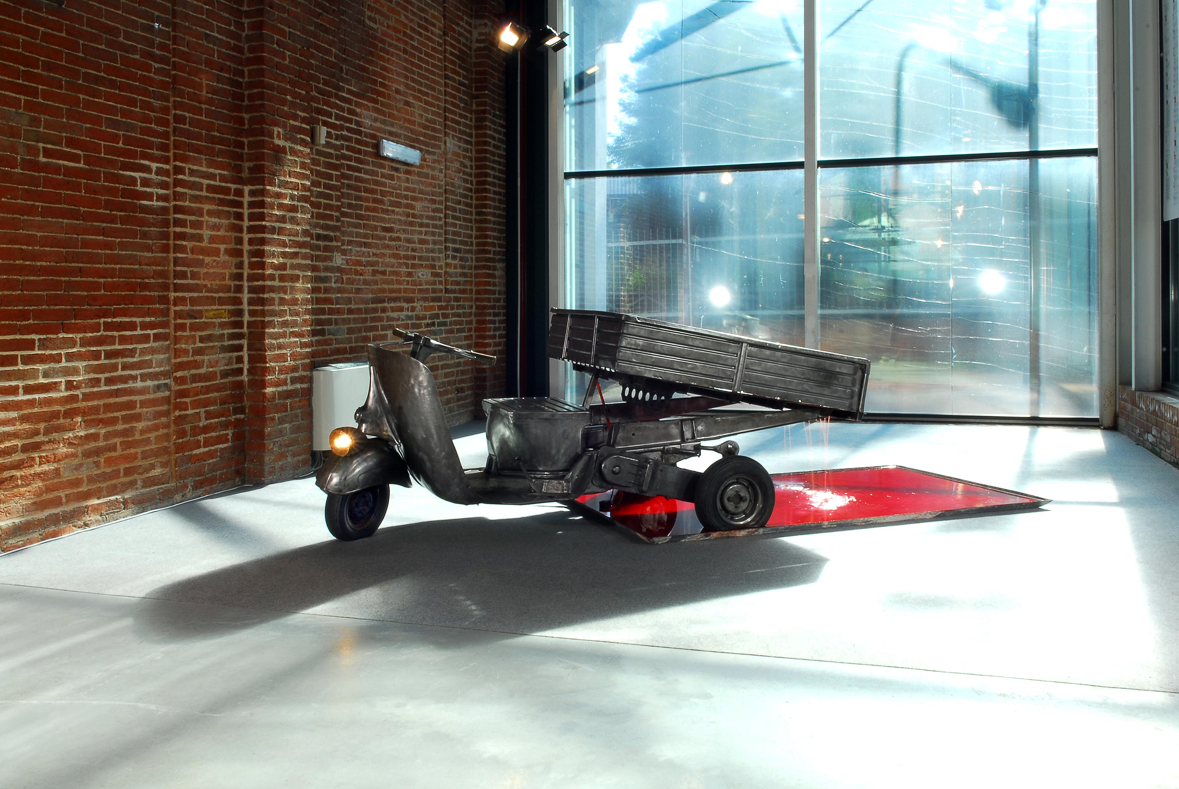 ENRICO IULIANO Ape 2006 Motocarro, lamiera zincata, pompetta a immersione, inchiostro 300/400x128x103cm